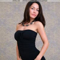 Голая красотка без платья демонстрирует шикарный бюст и попочку