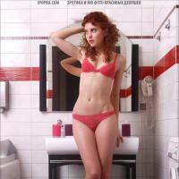 Стриптиз в ванной девушка показывает свою волосатую письку