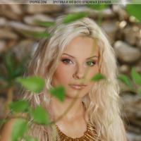 Самая красивая голая блондинка с сексуальной попкой на природе