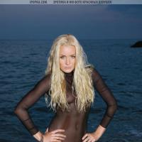 Совершенная голая блондинка эротическая фотосессия на пляже