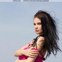 Девушка в юбке оголила большие сочные груди на фото