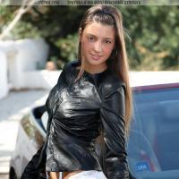 Очень красивая голая девушка мастурбирует в машине фото