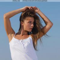 Красивая девушка без платья отдыхает на море фотосет