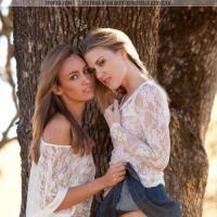 Две красивые голые женщины на фото с голыми попами и пездами