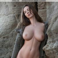 голая девушка с большими грудями