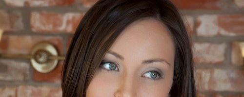 голубоглазая  девушка с темными волосами