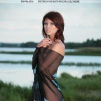 фото голой девушки на озере