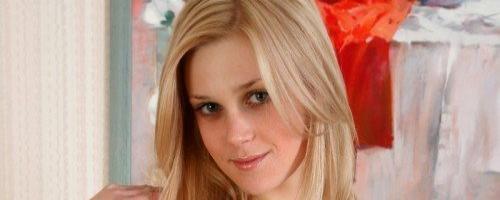 блондинка с маленькими сиськами