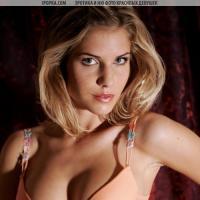 Фото очень сексуальной девушки без лифчика.