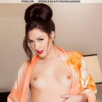Голая девушка сексуально сняла халат