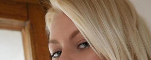 голая молоденькая блондинка