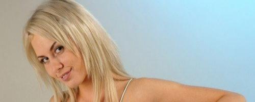 Похотливая голая блонди на белом диване