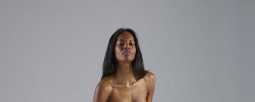 Идеальная голая негритянка показывает точеное тело