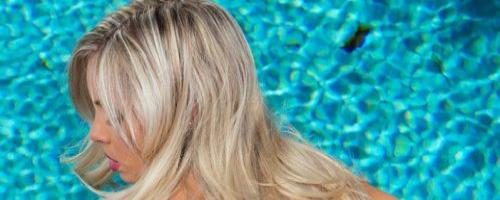 Девушка в бикини показала красивую голую задницу на пляже