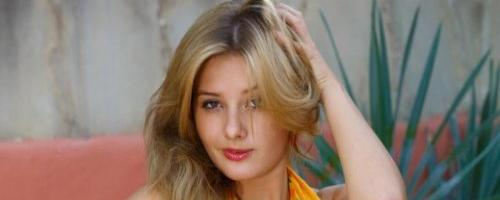 Эротика волосатой пизды сексуальной молодой девушки модели
