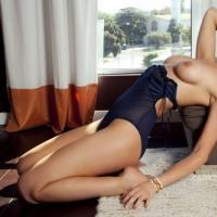 Эротичные девки обнажаются на фотосессии для фото плейбоя