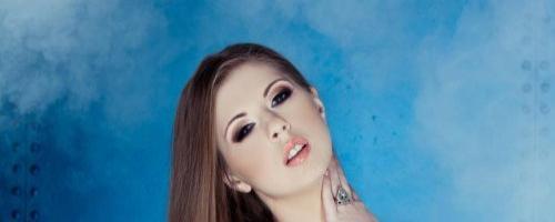 Красивая голая девушка с белой кожей эротика плейбоя