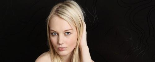 Милая голая девушка блондинка согласилась сделать обнаженные фото