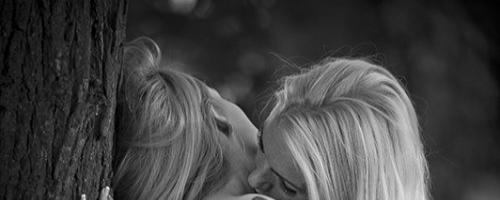 Молодые лесбиянки и их горячие голые подруги