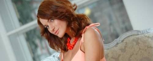 Прекрасная девушка с рыжими волосами обнажается фотографии