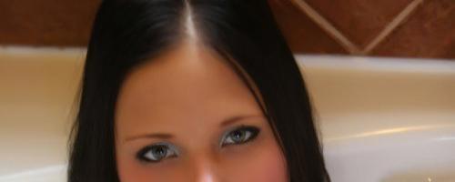 Молоденькая скромная девушка мылась в ванной и показала голую попку