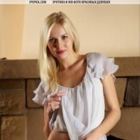 Эротика с блондинкой у камина