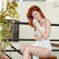 Возбужденная голая девушка горячо играет с пиздой