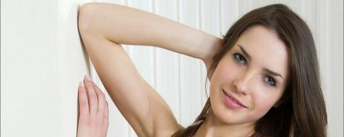 Нескромная девушка на фото показала волосатую пизду крупно