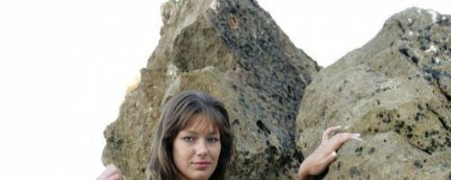 Ню фотографии молодой красивой девушки в воде у пляжа