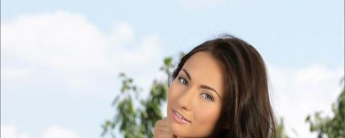 Красивая летняя девушка и ее обнаженные ню фотки на кровати