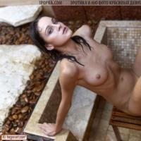 Фотографии голой влажной девушка которая принимает душ и позирует