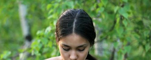 Молоденькая брюнетка отдыхает на природе совсем голышом