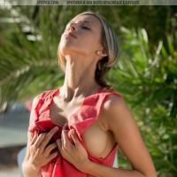 Красивая и очень стройная девочка загорает с голым телом