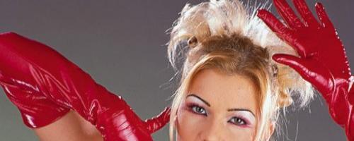 Девушка в красном наяде не охотно снимает с себя лишнее