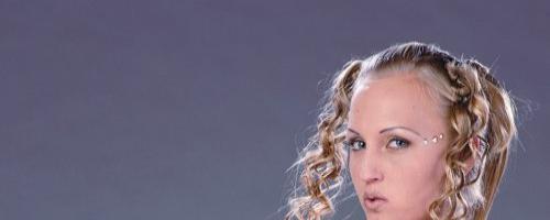 Кучерявая блондинка позирует почти голая