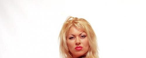 Грудастая блондинка одела латексный корсет