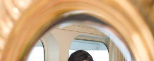 Она любит разглядывать свое прекрасное тело в зеркале