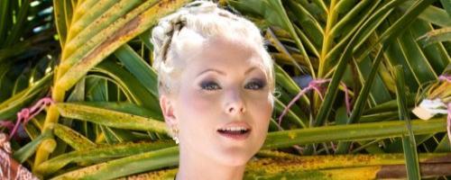 Блондинка с красивой грудью отдыхает