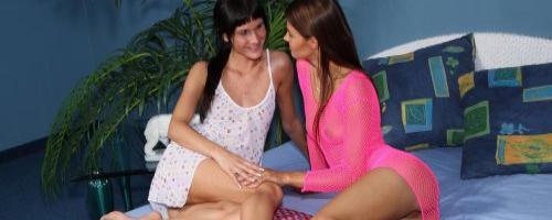Две брюнеточки лесбиянки гладят и ласкают друг друга