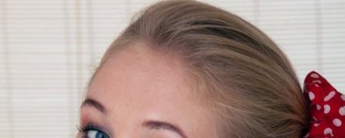 Молоденькая блондиночка в красном белье показывает вагину