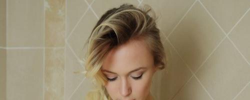 Фото красивой девушки в ванной, моет свою киску.