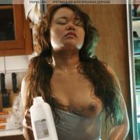 Проснулась и пошла пить молоко в очень даже эротическом виде