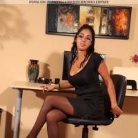 Сексуальная секретарша на столе дрочит киску