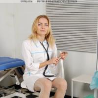 Медсестра развлекается с вибратором на кушетке