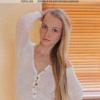 Очень красивая блондинка с дырочками крупным планом