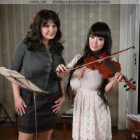 Две дамочки с огромными дойками сосут соски друг друга