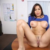 Сексуальная зрелая секретарша раздвигает ножки на столе