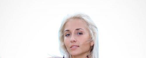 Порно фото сексуальной блондинки на природе