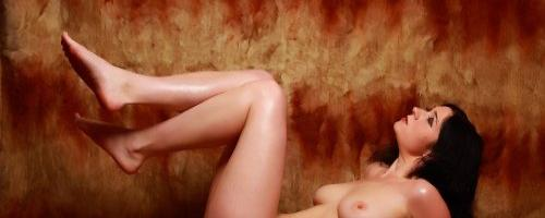 Пухлая Маруся позирует голышом