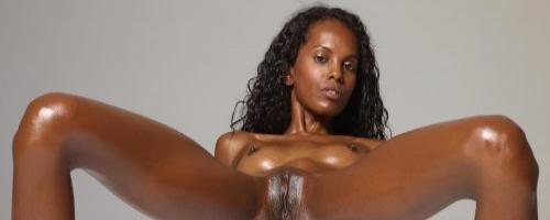 Фото сексуальной негритянки с шикарной расстяжкой